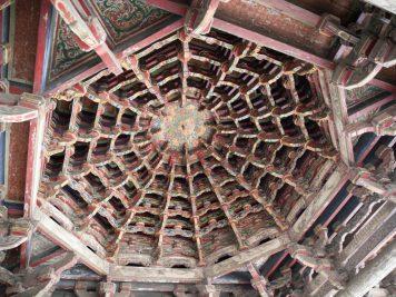 Tempel Holzdecke